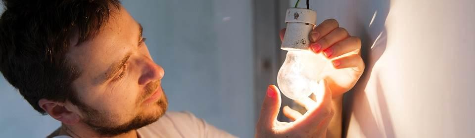 Plaatsen van lamp in fitting